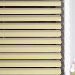 Blassgelbe Dachfenster Jalousie